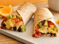 Бурито за закуска с бъркани яйца със сирене, маслини, авокадо и домати